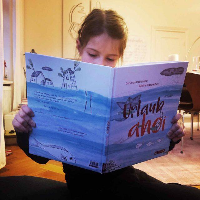 """Teresa aus der Kinderredaktion liest """"Urlaub ahoi"""" aus dem Tyrolia Verlag über das Reisen in der Fantasie"""
