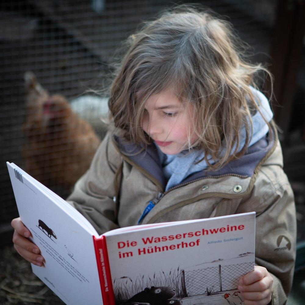 Frühlingslieblinge: Mio liest Die Wasserschweine im Hühnerhof